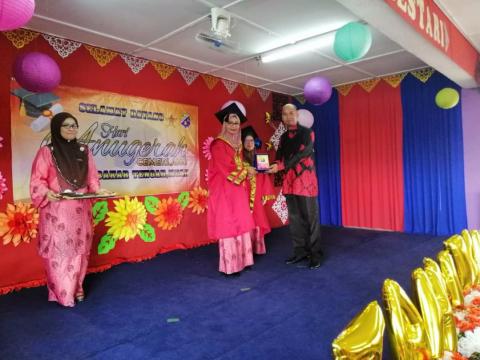 IIUM Pagoh menerima Anugrah Khas dan Anugrah Jasa dan Bakti dari Sekolah Kebangsaan Parit Bakar Tengah, Muar, Johor