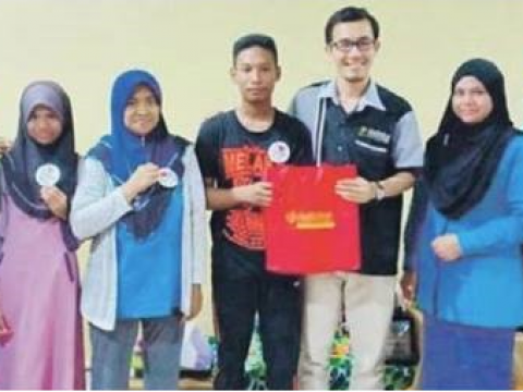 IIUM offers engineering study to SPM best student of SMK Pengkalan Chepa 2