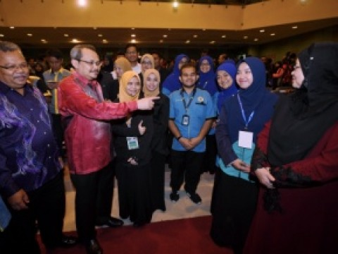 IIUM students the first to take, sign corruption-free pledge