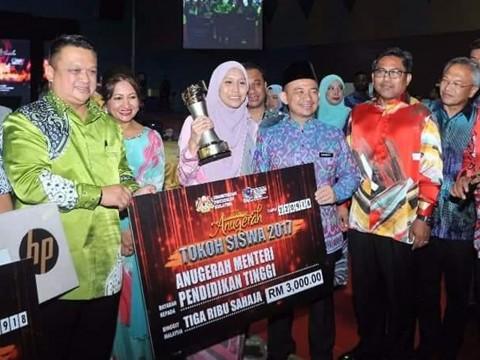 "Fatin Azzahra Lokman of IIUM received ""Anugerah Tokoh Siswa Kebangsaan 2017"""