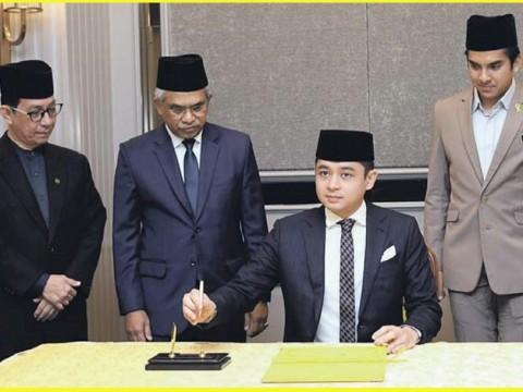 Pemangku Raja Pahang, Tengku Mahkota Tengku Hassanal Ibrahim Alam Shah Al-Sultan Abdullah berkenan menandatangani buku ketika berangkat pada Pertandingan Akhir Kejohanan Debat Bahasa Arab Asia 2020